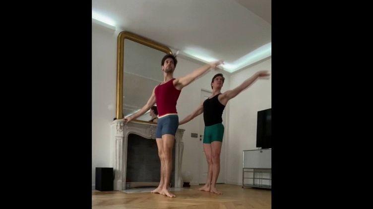 Avec la fermeture des lieux culturels, les danseurs de l'Opéra de Paris se retrouvent confinés chez eux. Pour passer le temps, ils se sont filmés chacun pour réaliser une œuvre. Le spectacle est total. (FRANCE 2)