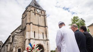 Des musulmans observent une minute de silence devant l'église de Saint-Etienne-du-Rouvray (Seine-Maritime), le 29 juillet 2016. (MAXPPP)
