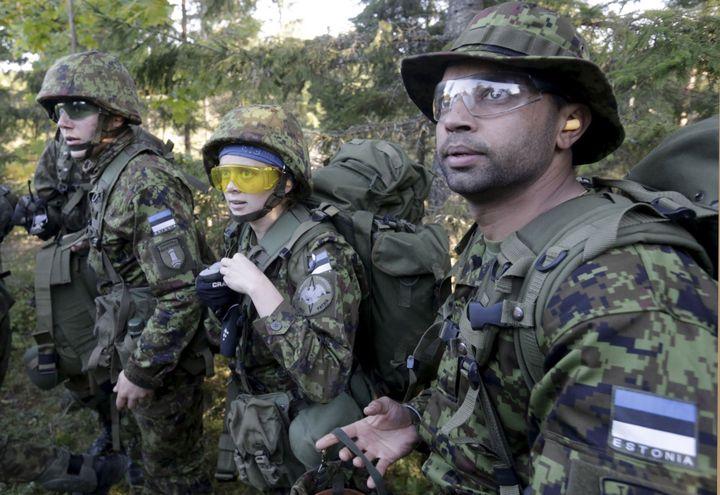 Des volontaires estoniens s'entraînent au combat dans la région de Rabasaare, en septembre 2015. (Ints Kalnins / Reuters)