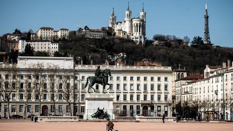 La place Bellecour, le 17 mars 2020, à Lyon. (JEFF PACHOUD / AFP)
