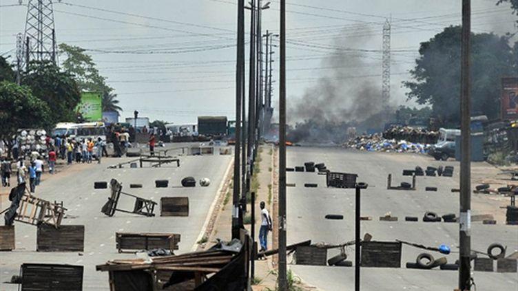 Des barricades à Abidjan sur la route principale menant vers le quartier d'Abobo, le 16 mars 2011. (AFP PHOTO / ISSOUF SANOGO)