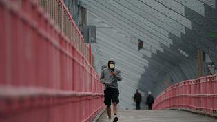 Sur le pont de Brooklyn, à New York (Etats-Unis), le 25 mars 2020. (BRYAN R. SMITH / AFP)