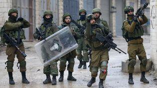 """Des militaires israéliens tirent des gaz lacrymogènes lors d'une manifestation de Palestiniens contre le """"plan pour la paix"""" américain, le 29 janvier 2020, dans un camp de réfugiés situé entre les villes cisjordaniennes d'Hébron et de Bethléem. (HAZEM BADER / AFP)"""