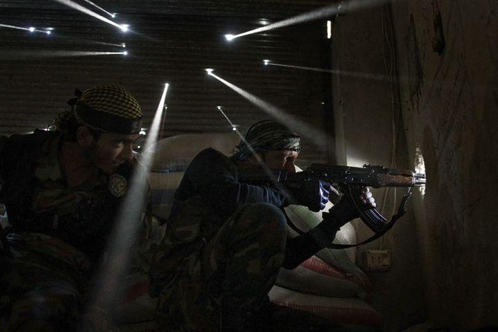 Deux rebelles syriens montent la garde dans le quartier de Karmel Jabl à Alep (Syrie), le 18 octobre 2012. (JAVIER MANZANO / AFP)