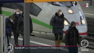 En Bavière (Allemagne), les masques FFP2 sont désormais obligatoires dans les transports et les commerces. En France, face au variant du coronavirus, certains masques en tissus sont déconseillés car jugés moins efficaces par le Haut conseil de la santé publique (HCSP).  (FRANCE 2)