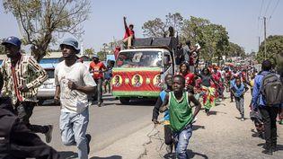 Les parades automobiles ont remplacé les meetings interdits pour cause de pandémie en Zambie. Les supporters du candidat de l'opposition unie,Hakainde Hichilema, ont ainsi défilé dans les rues de Lusaka, la capitale le 10 août 2021. (PATRICK MEINHARDT / AFP)