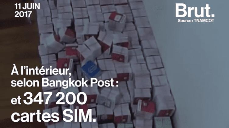 """En Thaïlande, la police a découvert une """"ferme à clics"""" d'envergure. Dans une maison, des centaines de téléphones portables servaient à booster la réputation numérique d'une entreprise. (Brut)"""