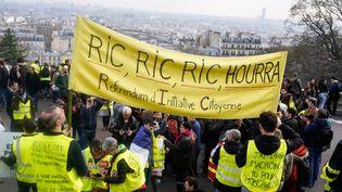 """Des """"gilets jaunes"""" manifestent dans le quartier de Montmartre à Paris, le 23 mars 2019. (LAURE BOYER / HANS LUCAS / AFP)"""