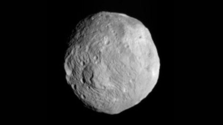 Photo du gigantesque astéroïde Vesta prise par la sonde Dawn lors de son approche (Nasa)