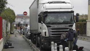 Des enquêteurs cherchent des preuves autour d'un camion endommagé à Champigny-sur-Marne, le 2 janvier 2018. (THOMAS SAMSON / AFP)