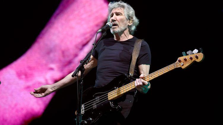 """Roger Waters sur scène au Sports Palace de Mexico City le 28 novembre 2018, durant sa tournée mondiale """"US + Them"""". (ALFREDO ESTRELLA / AFP)"""