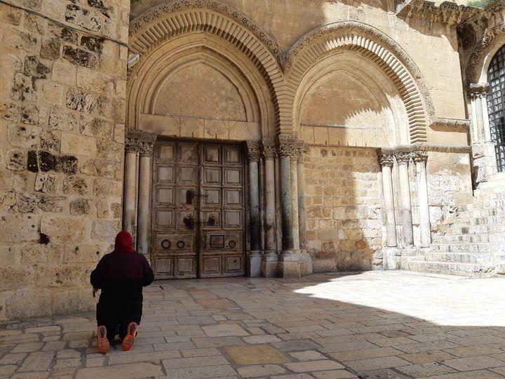L'église du Saint-Sépulcre fermée à Jérusalem. Seuls les habitants, les professions autorisées et quelques religieux peuvent y accéder. (FRÉDÉRIC MÉTÉZEAU / RADIO FRANCE)