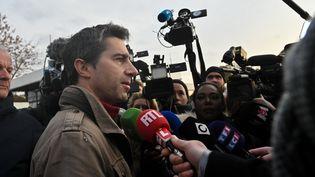Le député La France insoumise de la Somme François Ruffin, à l'entrée de l'usine Whirlpool à Amiens (Somme), le 22 novembre 2019. (DENIS CHARLET / AFP)