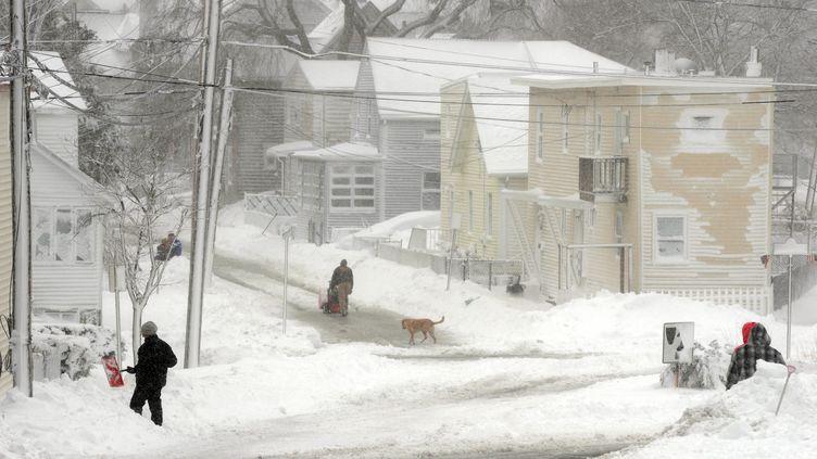Les habitants deWinthrop, ville dans l'Etat du Massachusetts (Etats-Unis)touchée par le blizzard, le 9 février 2013. (DARREN MCCOLLESTER / GETTY IMAGES NORTH AMERICA / AFP)