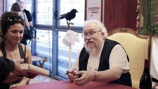 """George R.R. Martin, le père dela série planétaire """"Game of Thrones"""" va voir une autre de ses histoires adaptée, """"Dragon de Glace"""", cette fois en un long métrage animé.  (PHILIPPE MERLE / AFP)"""