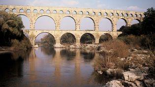 Le pont du Gard aurait été construit au début du 1er siècle après J-C pour assurer la continuité de l'aqueduc romain qui conduisait l'eau d'Uzès à Nîmes. Il est ong de 275m. (WALTER LIMOT / AFP)