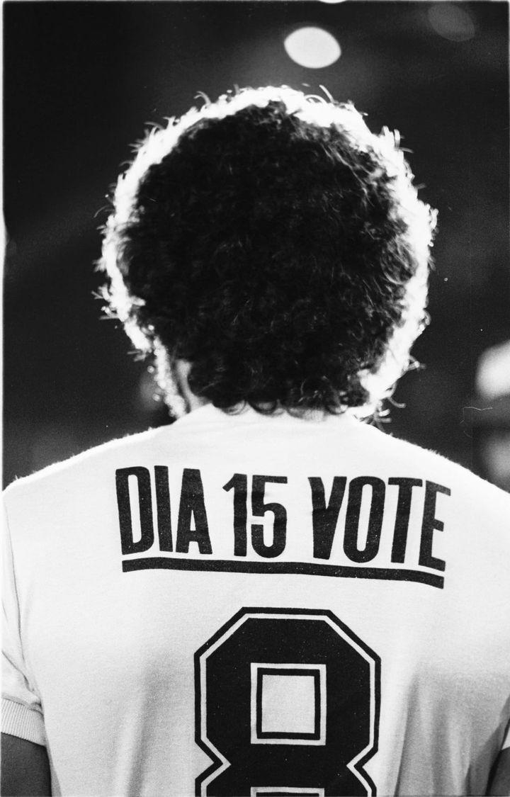 Socrates, en 1982, avec cet appel à voter au dos de son maillot des Corinthians, était un artiste sur le terrain, et un homme engagé