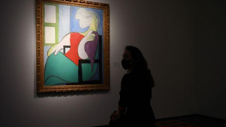 """Le tableau """"Femme assise près d'une fenêtre (Marie-Thérèse)"""" de Pablo Picasso, lors d'une séance photo à Londres, le 22 avril 2021. (DANIEL LEAL-OLIVAS / AFP)"""