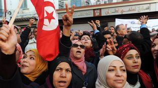 Des manifestants, à Tunis, le 14 janvier 2018, devant le siège du syndicat de l'Union générale tunisienne du travail (UGTT), à l'occasion du 7e anniversaire de la révolution de 2011. (ANIS MILI / AFP)