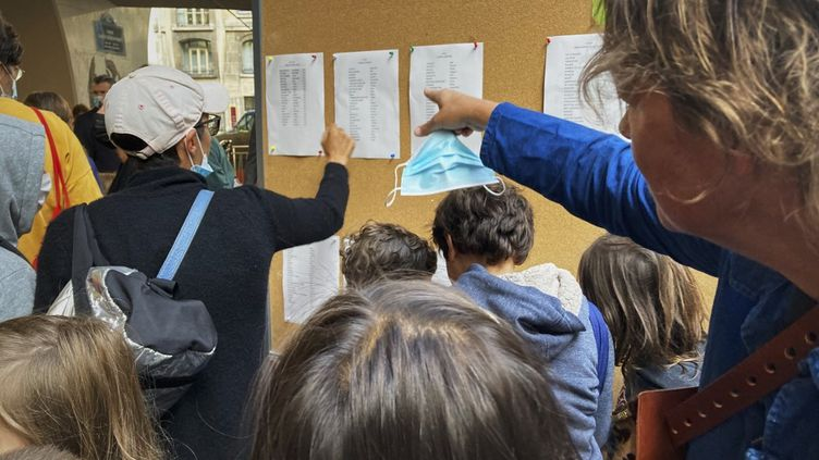 Des enfants d'une école parisienne, le 2 septembre 2021. (CHAU-CUONG LE / HANS LUCAS / AFP)