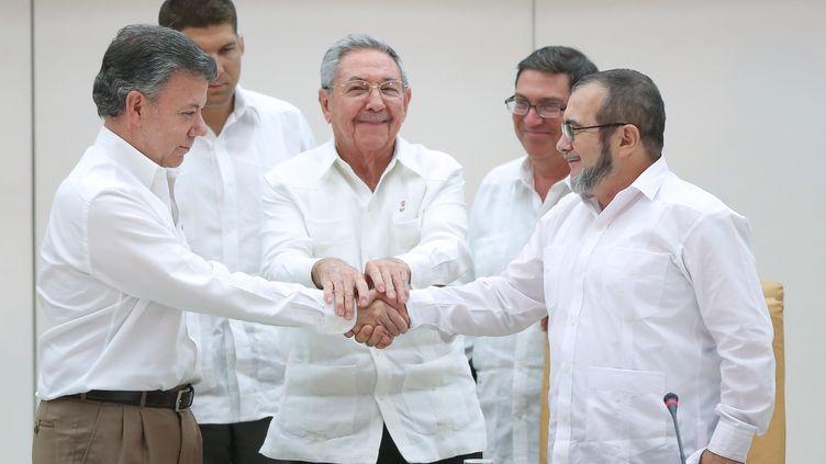 """Le président colombienJuan Manuel Santos (à gauche), le président cubain (au centre) Raul Castro et le leader des Farc dit """"Timochenko"""", le 23 septembre 2015 à La Havane (Cuba). (ALEXANDRE MENEGHINI / REUTERS )"""