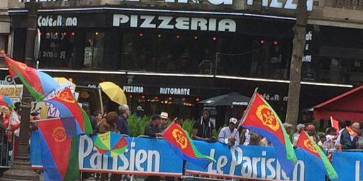 Supporters érythréens sur les Champs-Elysées à Paris le 26 juillet 2015h (FTV - Laurent Ribadeau Dumas)