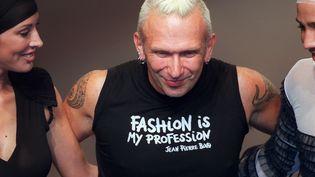 Jean Paul Gaultier lors de son défilé prêt-à-porter printemps-été 2002, le 10 octobre 2001. (PIERRE VERDY / AFP)