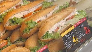 Des sandwichs dans une vitrine à Paris, février 2012. (FTVI / FRANCE 2)