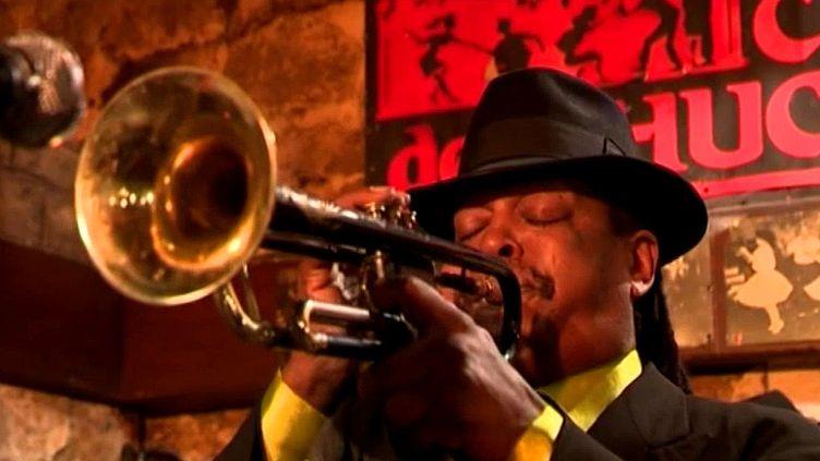 """Grpace au succès du film """"La La Land"""", le Caveau de la Huchette ne désemplit pas.Le trompettiste Boney Fields joue actuellement avec son acolyteSweet Screamin Jones   (France 3 / Culturebox)"""