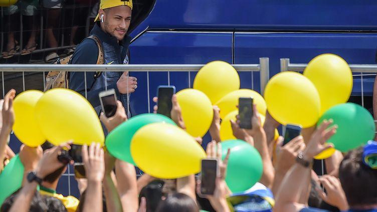 Des supporters brésiliens applaudissaient Neymar et ses coéquipiers devant l'hôtel Mirage, où ils sont installés, à Kazan, en Russie le 5 juillet 2018. (LUIS ACOSTA / AFP)