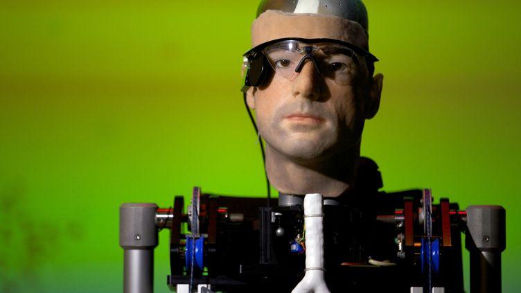 Rex, l'homme bionique, a été présenté au musée des Sciences de Londres (Royaume-Uni), le 5 février 2013. (ANDREW COWIE / AFP)