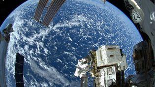 L'astronaute américain Reid Wiseman lors d'une sortie dans l'espace, le 7 octobre 2014. La photo a été prise depuis la Station spatiale internationale par l'Allemand Alexander Gerst. (NASA/ESA/ALEXANDER GERST)