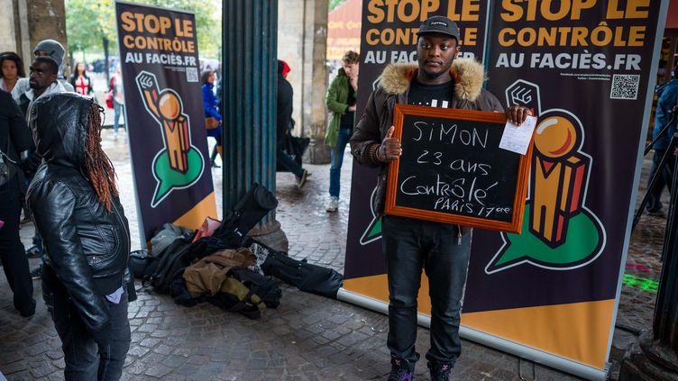 """Des militants du collectif """"Stop le contrôle au faciès"""" simulent des contrôles d'identité, le 6 octobre 2012 à Paris. ( MAXPPP)"""