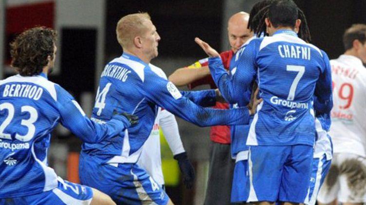 Berthod et Grichting tentent de calmer Chafni lors du match Brest-Auxerre