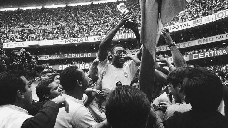 Pelé brandit le trophée Jules Rimet lors de la victoire du Brésil sur l'Italie (4-1), le 21 juin 1970, lors du Mondial, à Mexico (Mexique). (AP/SIPA / AP)