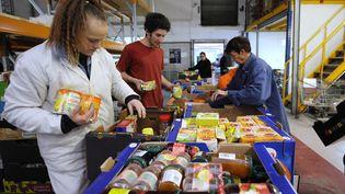 """Des bénévoles d""""une association distribuent de la nourriture, à Mundolsheim (Bas-Rhin). (JOHANNA LEGUERRE / AFP)"""