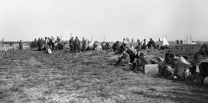 Des réfugiés espagnols fuyant le régime franquiste s'installent dans le camp d'Argelès-sur-Mer en janvier 1939.  (AFP)