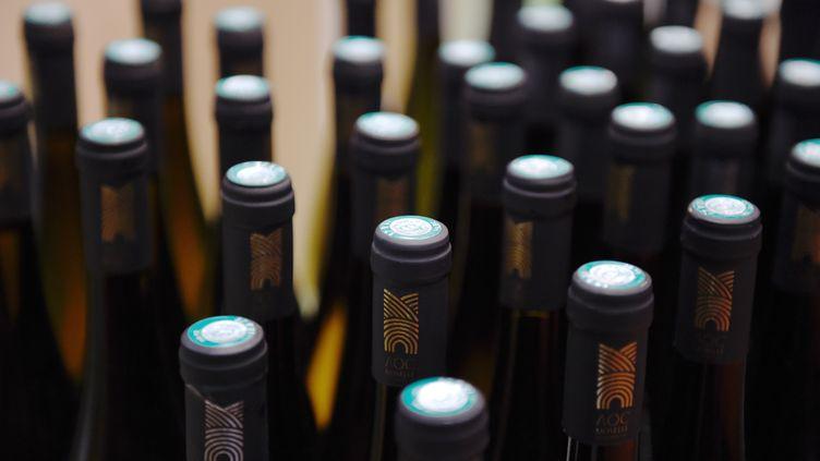 Des bouteilles de vin lors du Salon de l'agriculture, le 26 février 2015 à Paris. (LOIC VENANCE / AFP)