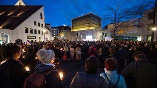 Des personnes rendent hommage aux victimes de l'attentat de Halle, jeudi 10 octobre 2019 à Munich (Allemagne). (MATTHIAS BALK / DPA / AFP)