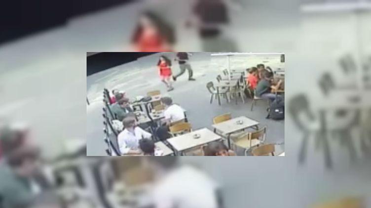 Marie Laguerre a été harcelée puis frapée en pleine rue après avoir répondu aux obsénités de celui qui l'importunait, le 24 juillet 2018 à Paris. (FRANCE 2 / FRANCEINFO)