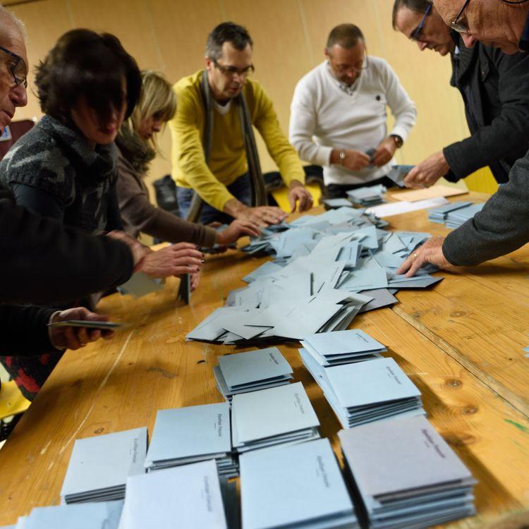 Un dépouillement dans un bureau de vote à Porte-lès-Valence (Drôme), le 13 décembre 2015. (CHRISTOPHE ESTASSY / CITIZENSIDE)