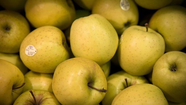 Des pommes du Limousin, dans un supermarché, à Paris, le 9 mai 2014. (JOEL SAGET / AFP)