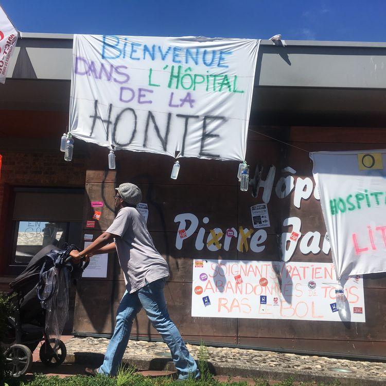 La façade de l'hôpital psychiatrique Pierre-Janetdu Havre (Seine-Maritime), recouverte de banderoles, mardi 10 juillet 2018. (JULIETTE CAMPION)