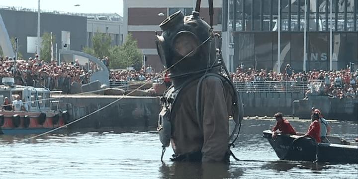 Le Scaphandrier disparaît dans les eaux du bassin de l'Eure.  (Capture d'image France3/Culturebox)