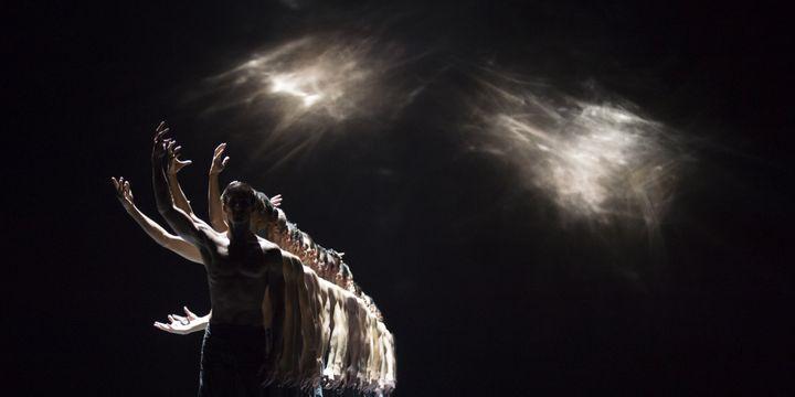L'alignement parfait des danseurs dans le ballet de Crystal Pite, The seasons'canon  (Julien Benhamou, OnP)