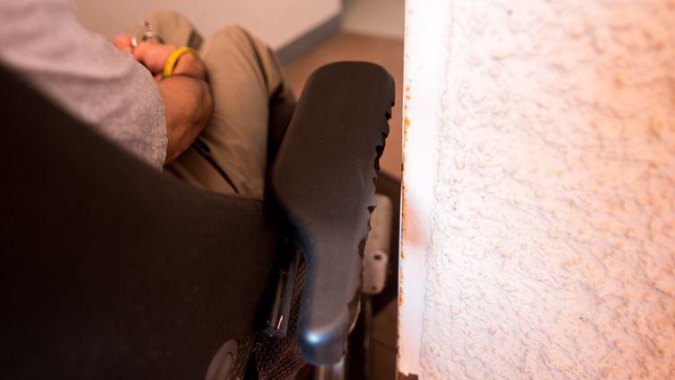 Une personne dans un fauteuil roulant, à Argelès-sur-Mer (Pyrénées-Orientales), le 2 juillet 2020. (ST?PHANE FERRER YULIANTI / HANS LUCAS)