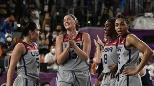 LesAméricaines célèbrent leur médaille d'or après leur succès face à la Russie en finale de basket 3x3 féminin. (JAVIER SORIANO / AFP)