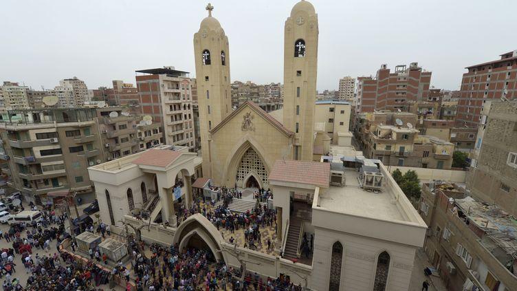 Des gens se rassemblent à l'extérieur de l'Église copte Mar Girgis dans la ville de Tanta du delta du Nil, à 120 kilomètres au nord du Caire, après l'explosion d'une bombe, le 9 avril 2017. (KHALED DESOUKI / AFP)