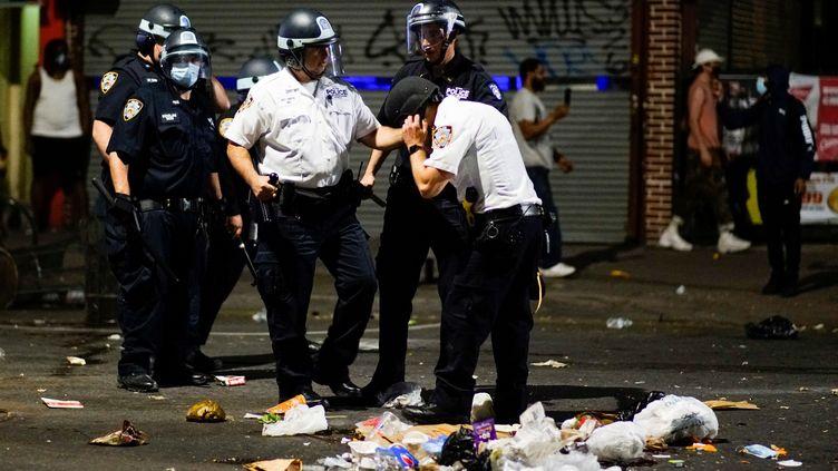Des policiers déployés dans les rues de New York pour encadrer les manifestations en mémoire de George Floyd, le 30 mai 2020. (EDUARDO MUNOZ / REUTERS)