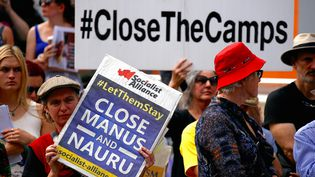 En australie, des manifestantsà Sydney en avril 2016, protestaient contre la rétention de réfugiés dans des camps, sur deux îles du Pacifique (DAVID GRAY / REUTERS)